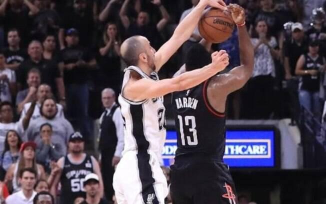 Na temporada 2016/17, Manu Ginóbili, já com 39 anos, deu toco impressionante em James Harden e ajudou na vitória do Spurs sobre o Rockets