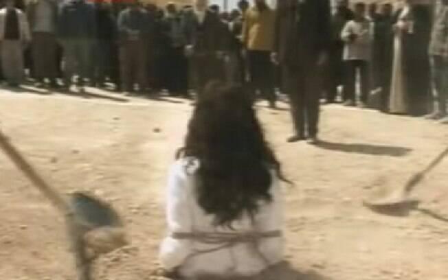 Apedrejamento: mulheres são enterradas até a altura do peito e homens, até a cintura, diz Artigo 102 do Código Penal do Irã. Fuga masculina é facilitada. Foto: Reprodução/Youtube