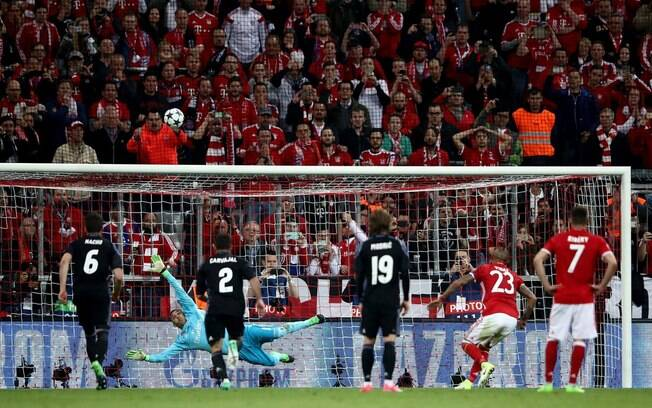 Vidal cobrou pênalti para longe na primeira etapa. No fim, fez falta para o Bayern
