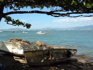 Praia do Sonho: alugue um barco de pesca para conhecer as ilhas dos arredores