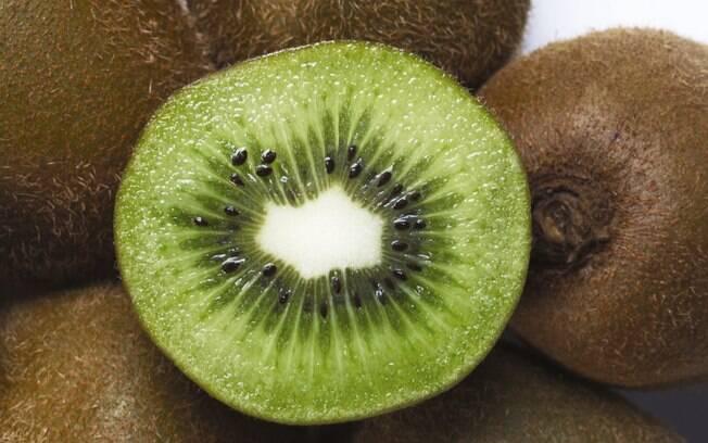 O kiwi tem luteína, substância com propriedades antioxidantes e, portanto, anticancerígena. Foto: Getty Images