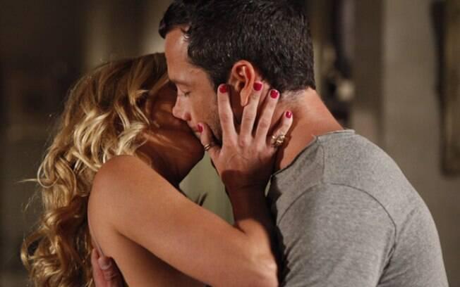 Teodora é salva por Quinzé e retribui com um beijo