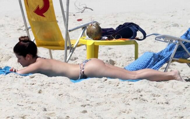 Samara Felippo comemorou o aniversário com manhã tranquila na praia da Reserva, no Rio