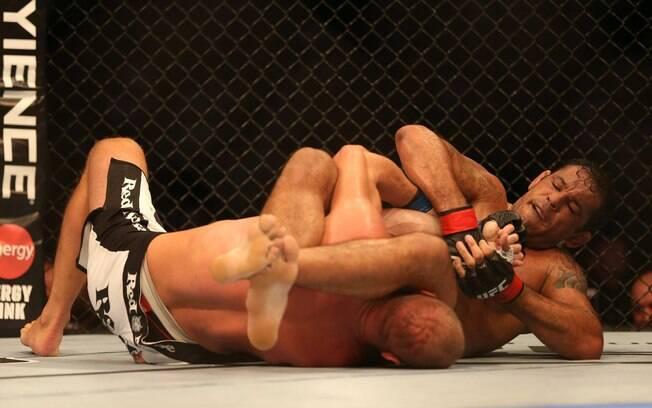 Na segunda luta principal, Minotauro  finalizou Dave Herman