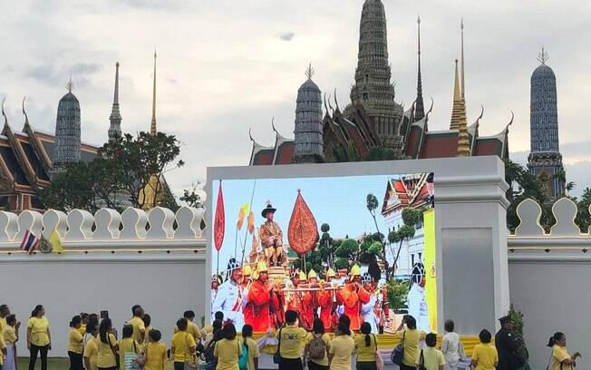 Coroação do rei da Tailândia é acompanhada pela população do lado de fora do palácio