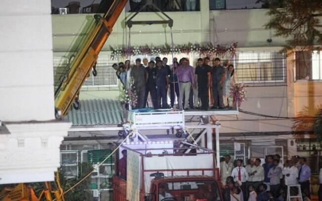 Transporte da mulher, que pesa 500 quilos, foi feito por meio de guindaste; ela voou para Índia em avião cargueiro