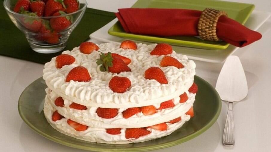 Torta merengue de morango para uma deliciosa sobremesa