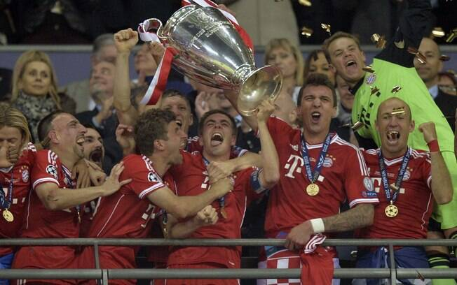 Philipp Lahm levanta a taça da Liga dos  Campeões