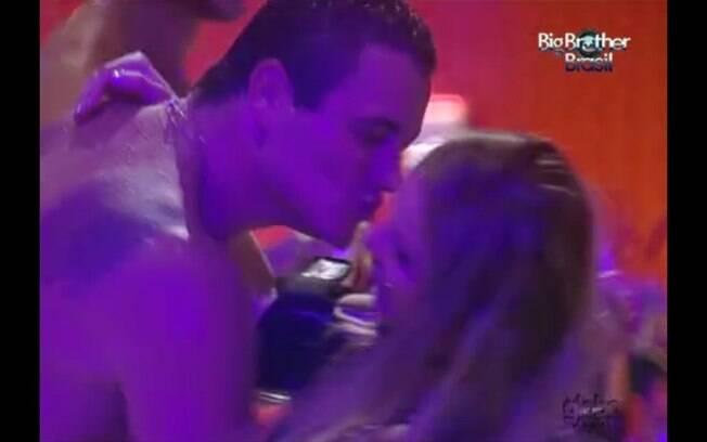 Rafa tenta dar um beijo em Renata, mas a estudante recusa