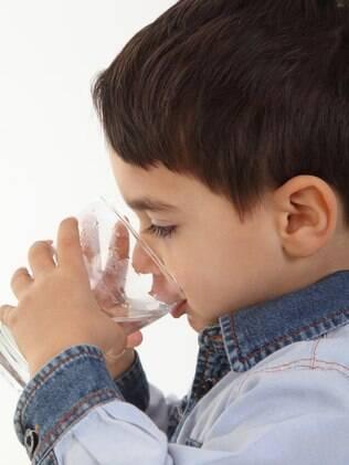 Pais devem incentivar filhos a beberem água mesmo quando não estão com sede
