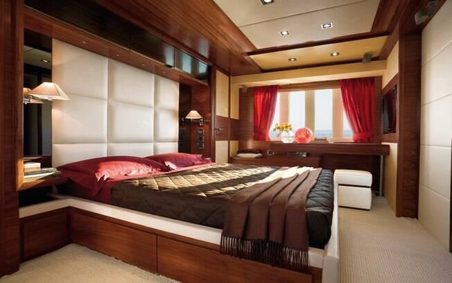 A suíte principal tem cama king size, sofá, banheiro espaçoso e closet