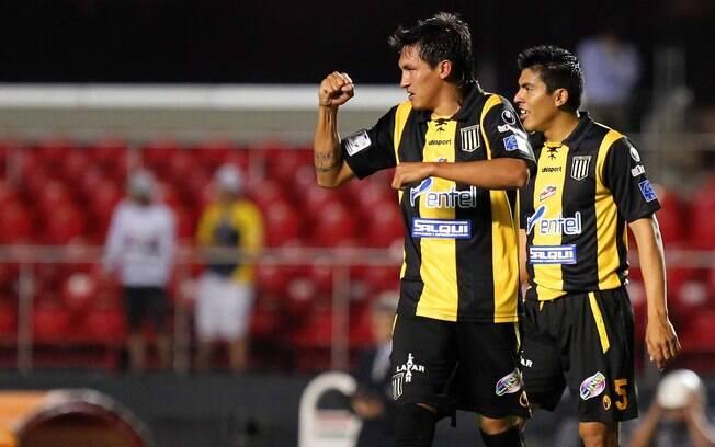 Barrera comemora o gol do Strongest, o  primeiro na partida do Morumbi