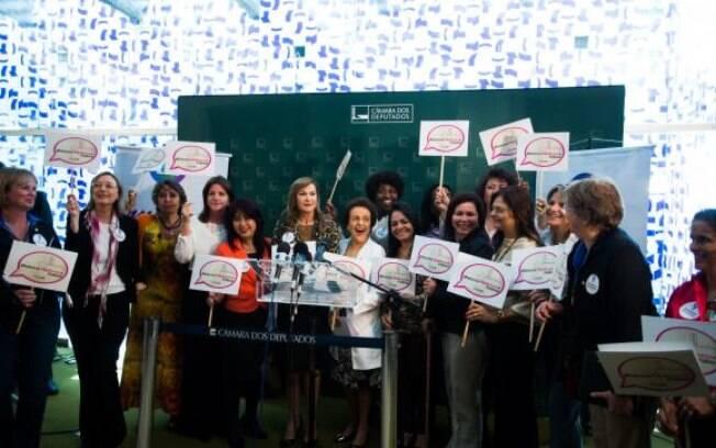 Bancada feminina durante coletiva para apresentar posição sobre a proposta de reforma política