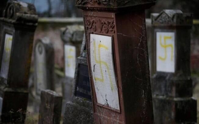 Suásticas são desenhadas em quase 80 túmulos judaicos em cemitério da França; autoridades locais investigam o episódio