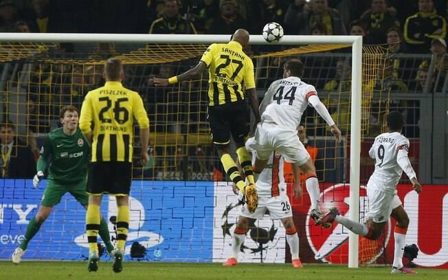 Brasileiro Felipe Santana salta para cabecear  e abrir o placar para o Borussia diante do  Shakhtar