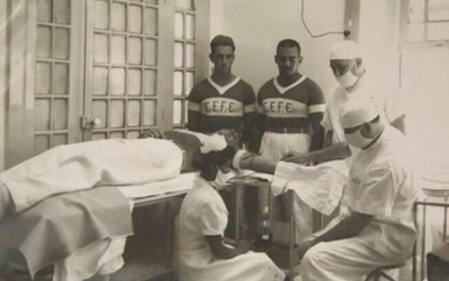 Doadores de sangue voluntários observam uma coleta no Hemorio (RJ), década de 1940