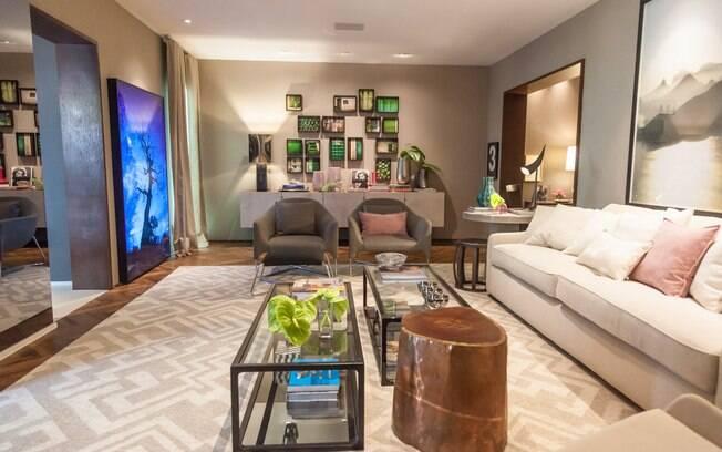 O designer de interiores Fernando Piva assina o Loft Cosmopolita, que reúne tons neutros como bege, cinza e marrom. Com 90 m², o espaço conta com móveis das marcas Etel e Vermeil