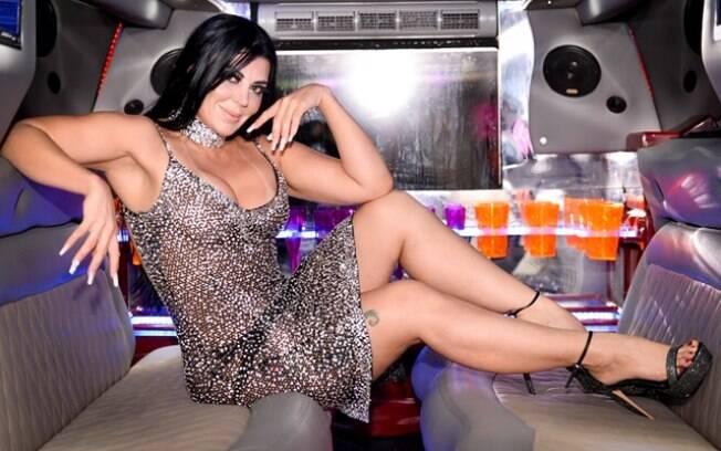Tati Ribeiro esbanja sensualidade em festa de lançamento de sua revista sexy