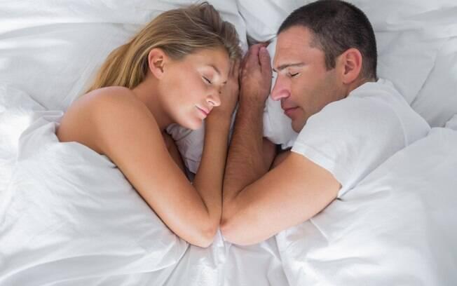 COMPORTAMENTO: Casais felizes dormem a menos de 2,5 cm de distância, revela pesquisa