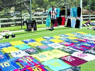 Coleção. Giovanny Tocohua possui todas as camisas de jogo dos clubes pelos quais Ronaldinho passou ao longo da carreira profissional e, claro, da seleção brasileira