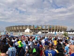 No mineirão, torcedores já se aglomeram para aguardar a  partida entre Argentina e Irã, às 13h