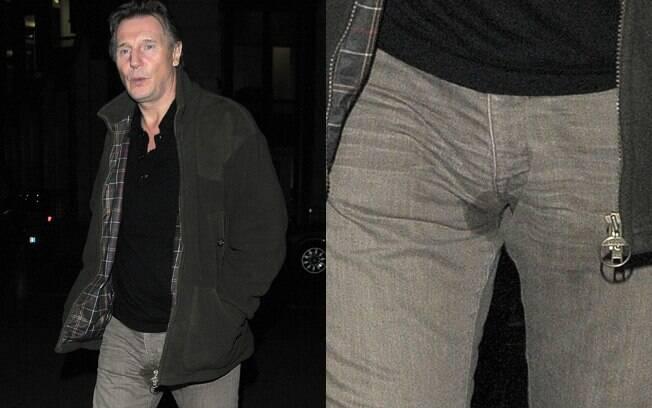 Liam Neeson com a mancha suspeita na calça