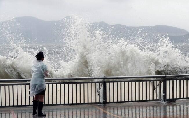 Pelo menos 150 pessoas ficaram feridas em Macau, que ficou sem energia elétrica devido ao tufão Hato
