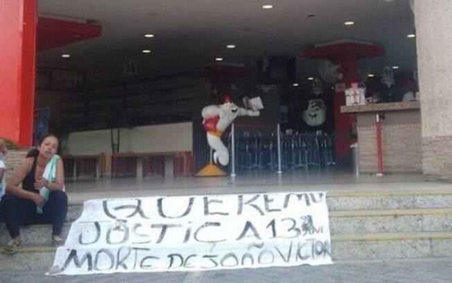 Familiares do menino João Victor fizeram protesto em frente a restaurante do Habib's na zona norte paulistana