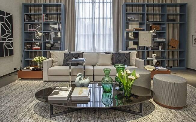 Com 35 m², o ambiente Estar da Família foi criado por Paula Magnani. Ela apostou em uma base neutra para garantir a atmosfera cosmopolita que desejava