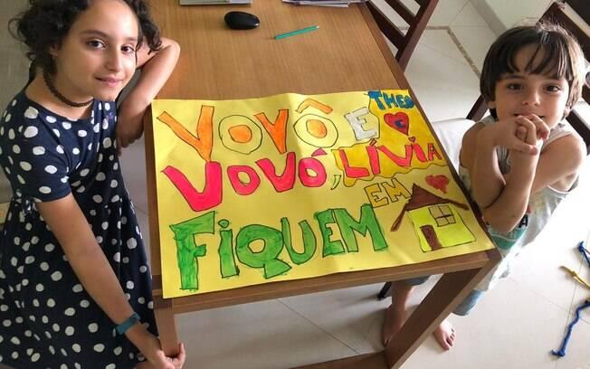 Lívia e Theo fizeram os cartazes para tentar convencer os avós a não sairem de casa durante a quarentena