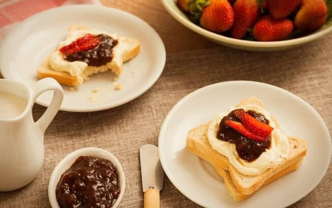 Frutas e torrada integral são a combinação perfeita para o café da manhã