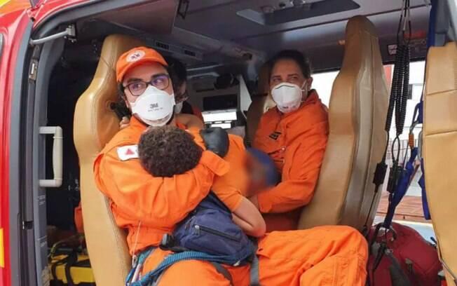 O menino foi resgatado pelo Corpo de Bombeiros