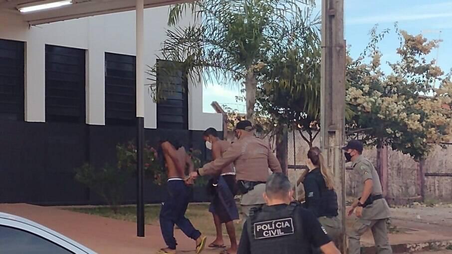 Dois presos chegam a delegacia de Águas Lindas de Goiás durante a Operação Anhanguera
