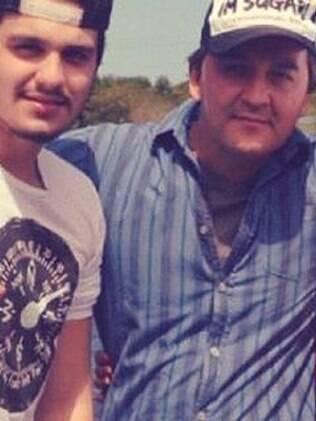 Luan Santana ao lado do pai, Amarildo, que cuida de sua carreira e o acompanha sempre que possível