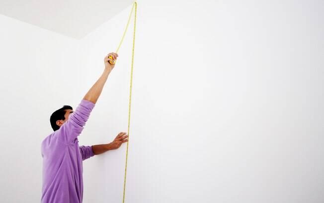Multiplique a  altura pela largura da parede e divida esse valor por 4,5 se você for usar papel liso, ou por  4 se for papel estampado