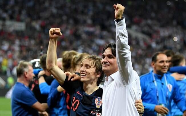 Técnico da Croácia, Zlatko Dalic, comemorando com Modric a vitória histórica contra a Inglaterra na semifinal da Copa 2018