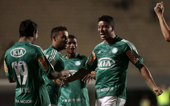 Logo no início da partida, Maurício Ramos fez  de cabeça o primeiro gol do Palmeiras