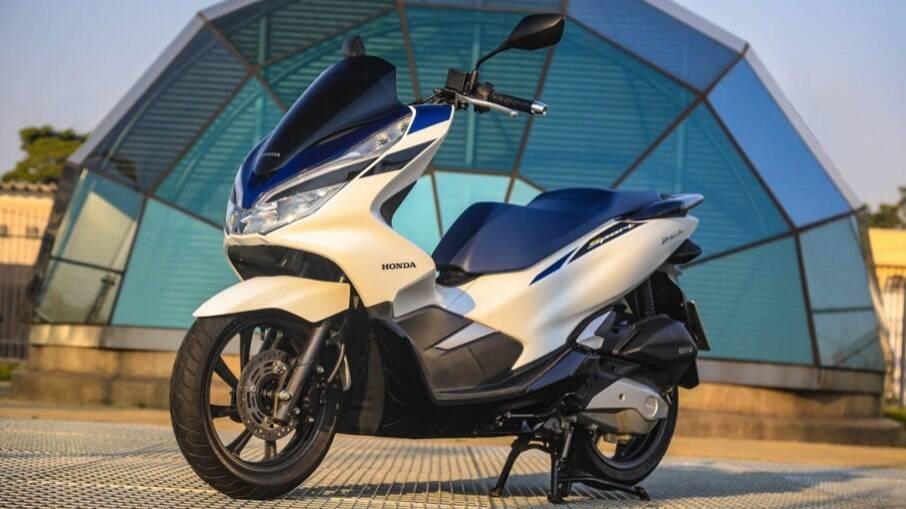 Esta é a nova cor do scooter Honda PCX Sport 2022: branco fosco. Com banco azul