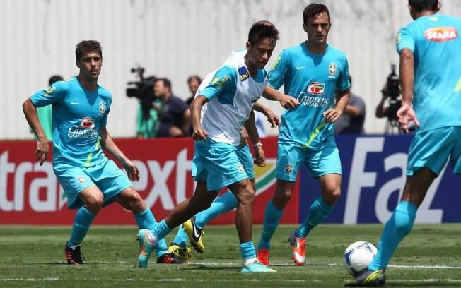 Neymar em ação durante treino no CT Joaquim  Grava
