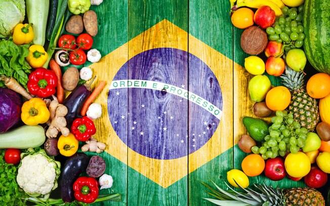 O Brasil conta com diversas comidas típicas e você pode aproveitar a viagem para provar os pratos de cada região