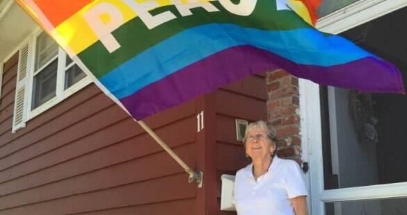 Vizinhos ajudam casal de lésbicas que teve casa atacada