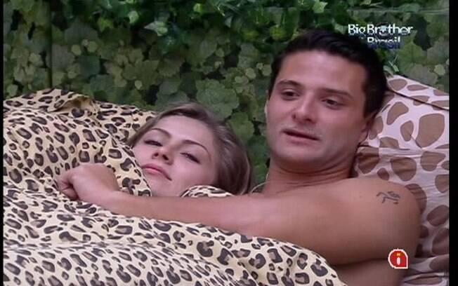Ronaldo, deitado na cama com Renata, comenta da sua paranóia