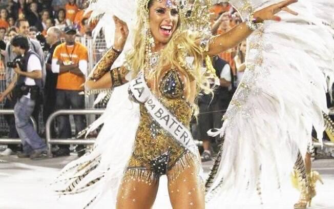 Tatiane Minerato com tapa-sexo e pintura corporal no desfile de 2011 da Gaviões. Foto: Orlando Oliveira/AgNews