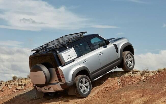 Land Rover Defender d anova geração ficou bem mais moderno, sofisticado e caro que o original, bem mais simples e rústico