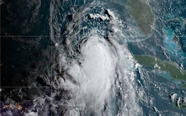 Foto de satélite mostra o furacão se movimentando.
