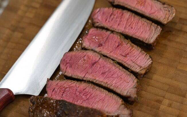 A carne deve ser cortada contra a fibra, para que ela seja melhor apreciada