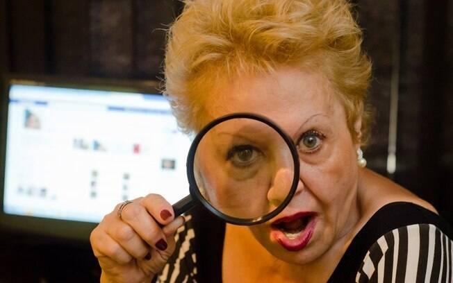 Com 50 anos de experiência, a detetive Angela se especializou em investigação na internet