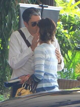 Na despedida, William Bonner troca beijos com a mulher Fátima bernardes