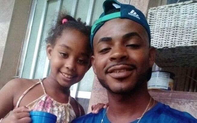 Rebeca, ao lado do pai, morreu enquanto brincava com a prima na porta da casa da família no Rio