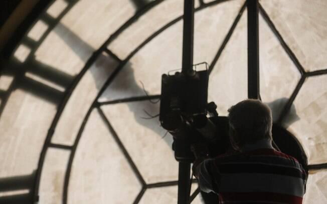 Toninho ajusta relógios da estação Júlio Prestes, no centro de São Paulo, para o horário de verão, (Arquivo)